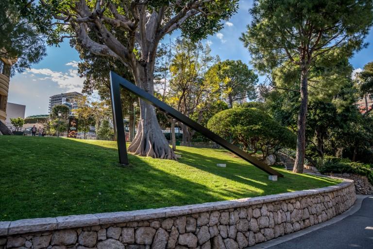 Bernar Venet, Angle droit, jardins du Casino, Monte Carlo - 1 - photo Artcurial
