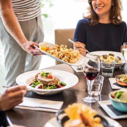 Dining_scene_personnes_pas_visibles_-_focu